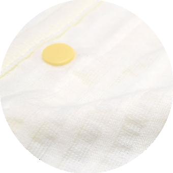 ベビー肌着使用素材 例5|敏感でデリケートなお肌にもおすすめ。ママにも、赤ちゃんにも嬉しい、 お肌に優しい素材を使用。安全性、肌触り、着心地のどれもが ベビー用肌着と70年間向き合って たどり着いた最高品質です。